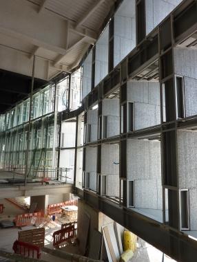 El recubrimiento de la fachada al mar es de planchas de espuma de aluminio reciclada