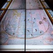 Mapa del sinfín de países del Mundo, versión dibujada a mano del mapa del jesuita italiano Matteo Ricci de 1602 que contiene el compendio de conocimientos geográficos de los europeos y chinos de la época, ordenado confeccionar por el Emperador Wanli hacia el final de la Dinastía Ming.