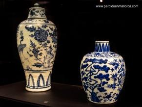Jarrones y tibores de cerámica blanca decorada con dibujos azules son los que nos resultan más conocidos, pues formaban parte de las preciadas mercancías que trasladaban a España nuestra flota de Galeones de Manila.