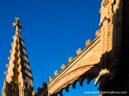 El azul del cielo resalta los trabajos de lacería que decoran las aristas de este pináculo y del arbotante contiguo