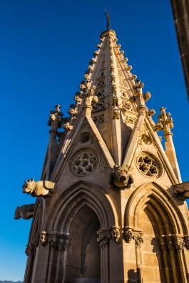 Gárgolas representando animales fantásticos decoran las esquinas de este pináculo en el que también se cegaron algunas de sus ventanas para incrementar la resistencia de su frágil estructura