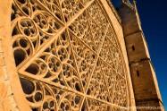 De todas las vidrieras, la más importante es la del rosetón Este que, con sus 12 m de diámetro y 113 m2 de superficie, es el de mayor tamaño del gótico europeo