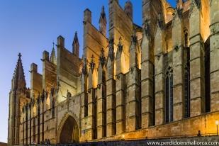 Vista nocturna de la fachada Sur de la Seo en la que destaca su línea de contrafuertes inferiores, coronados por pináculos decorados con aspecto floral