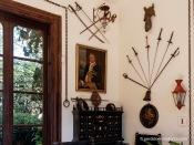 """Sala con retrato de Joan Manuel de Sentmenat (1688-1755) y panoplias con espadas, sables y floretes; debajo del retrato hay un cofre con objetos pertenecientes al capitán Antoni Barceló y Pont de la Terra """"Capitá Toni"""" del que ya he hablado en este blog."""