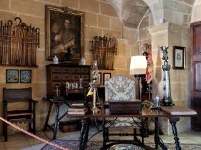 Despacho del Senyor presidido por un retrato del Obispo Bernat Nadal.
