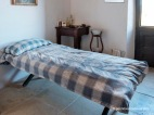 Dormitorio de trabajador cuyo lecho es un sencillo jergón de paja, Es Calderers.