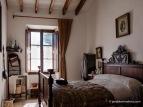 Dormitorio del Amo y de la Madona, con una bacinilla sobre la cama y un maridín o calientapiés en la pared, Es Calderers.