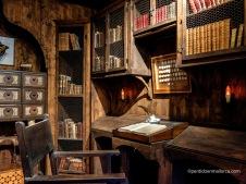 Biblioteca con recado de escribir. Granja de Esporlas..