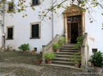 Escalera de entrada desde la clastra a la casa de los senyors en Alfàbia, su puerta está recercada con jambas y dintel con frontón de fina labra renacentista.