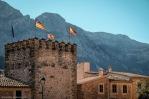Detalle de las almenas terminadas en punta de diamante en la coronación de la Torre de Can Arbona (actual Ayuntamiento).