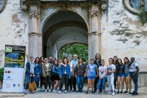 Los chicos del Proyecto Naüm acompañados por sus profesores, por el Historiador Tomàs Vibot y por Diego Zaforteza, Promotor de Itinerem frente a la entrada principal a la Casa de Alfàbia