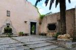 Entrada lateral a los Jardines de Alfàbia junto al hueco de ventilación de su famoso algibe cubierto