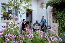 Concierto clásico de un trío de la Escola Ireneu Segarra formado por cello, guitarra clásica y mezzosoprano