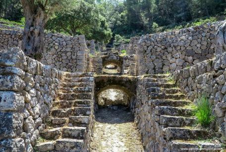 """Canal para la recogida de agua e irrigación de los bancales, una bella e impresionante obra de ingeniería popular hecha de """"piedra en sec"""""""