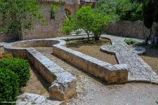 Figuras geométricas en el jardín de cipreses