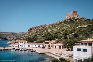 Vista parcial del Puerto de Cabrera con el Castillo sobre el canal de entrada y la ensenada