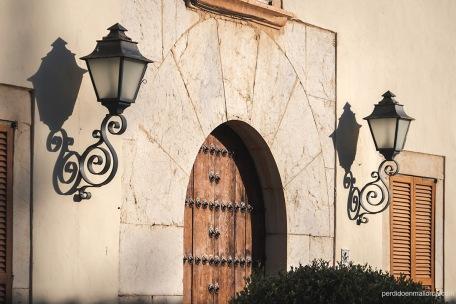 Detalle parcial de la puerta de acceso a una de las casas de Biniagual, por su porte parece ser la de una antigua possessió.