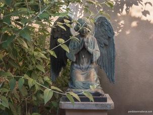 Angelote arrodillado a la entrada del Oratorio de la Inmaculada Concepción en Biniagual. Este elemento no es característico de la Arquitectura tradicional del interior mallorquín.