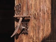 Detalle del cerrojo de la puerta principal del Oratorio de la Inmaculada Concepción en Biniagual.
