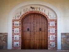 Puerta en Biniagual. No todas las rehabilitaciones de los llogarets se realizan de manera ortodoxa e incorporan elementos que no son característicos de la Arquitectura tradicional del interior mallorquín.